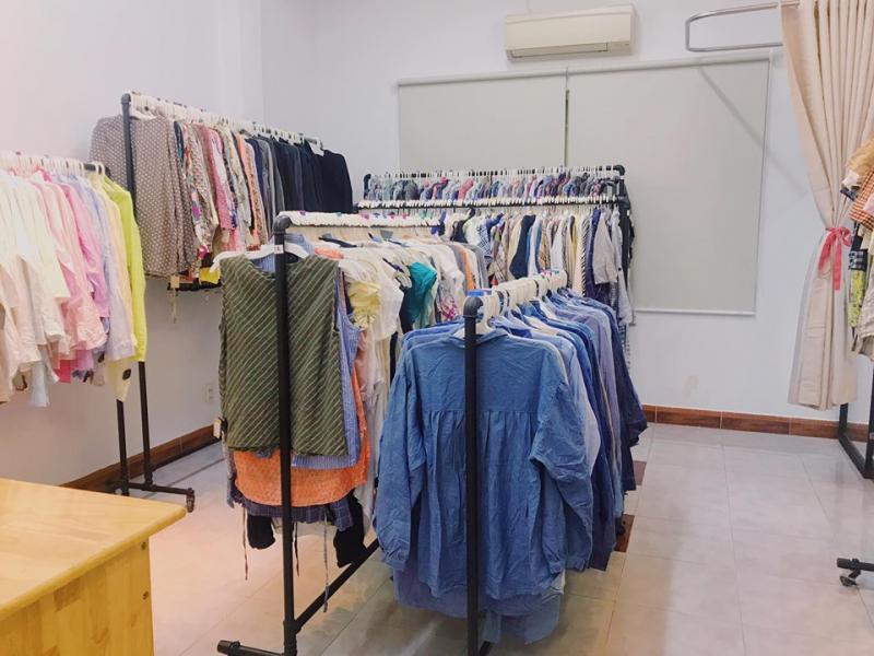 Bồ Nông shop có giá mềm hơn những shop hàng thùng có tiếng khác, nhưng vẫn đảm bảo quần áo được giặt ủi và treo móc cẩn thận
