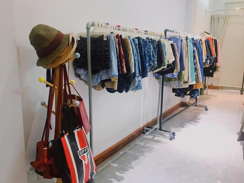 Shop có rất nhiều mặt hàng tha hồ cho bạn lựa chọn như quần áo, giày dép, khăn quàng cổ, túi xách