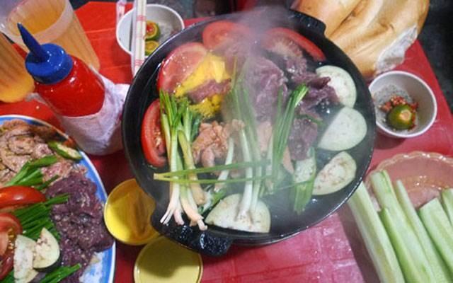 Khách hàng ăn bò nướng tại 47 Mã Mây
