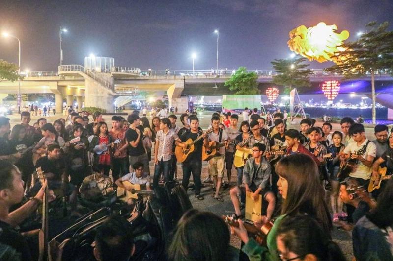 Du ca Đà Nẵng_ nơi tập trung các bạn trẻ yêu ca hát ,diễn ra chủ nhật hàng tuần.
