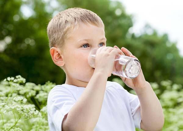 Cho trẻ uống nhiêu nước để hạ sốt nhanh chóng