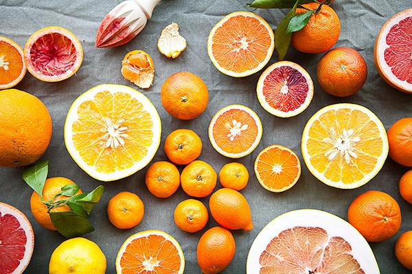 Vitamin C có nhiều trong các loại quả màu đỏ, họ cam, chanh