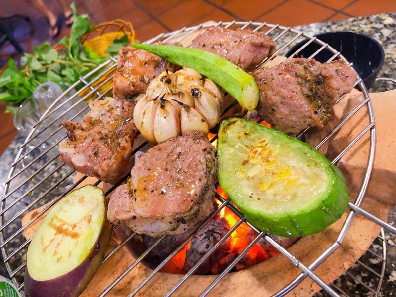 Quán nướng theo kiểu truyền thống Việt Nam với bếp than và vỉ nướng dân dã, giúp món bò tơ nướng đã thơm ngon giờ càng thêm đúng chuẩn.