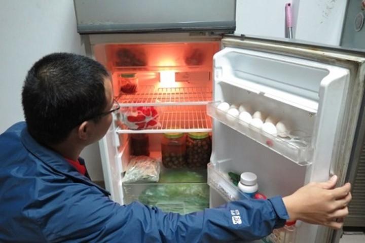 Bỏ trứng đã đập vào trong tủ lạnh