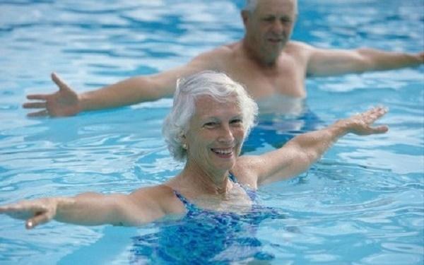 Bơi lội giúp hạ lượng cholesterol, giảm nguy cơ mắc bệnh tim mạch