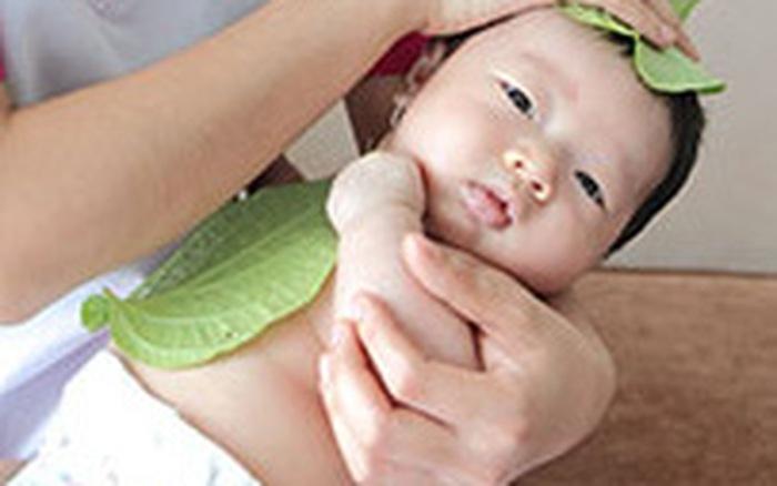 Hơ lá trầu, một bước trong quy trình tắm bé của Bonbon Care