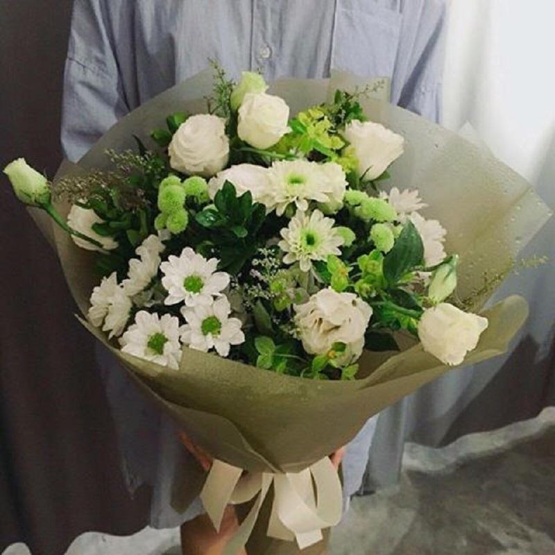 Bó hoa đẹp mắt mới lạ bởi cách bó chẳng giống ai và số lượng có hạn của tiệm Bông Handy