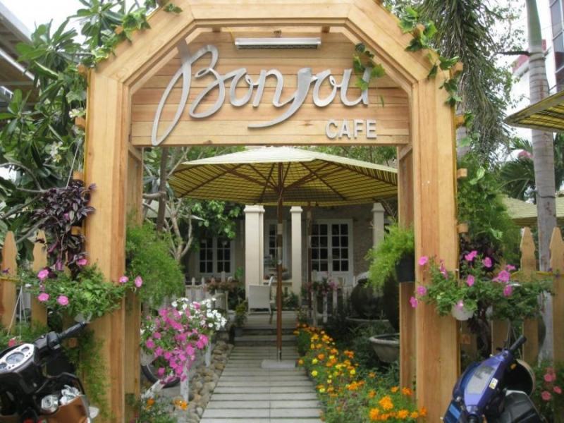 Bên ngoài quán Bonjour Coffee