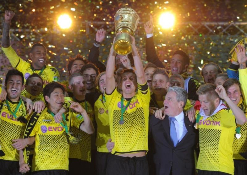 Chiếc cúp đánh dấu sự khởi sắc của Dortmund năm 2012