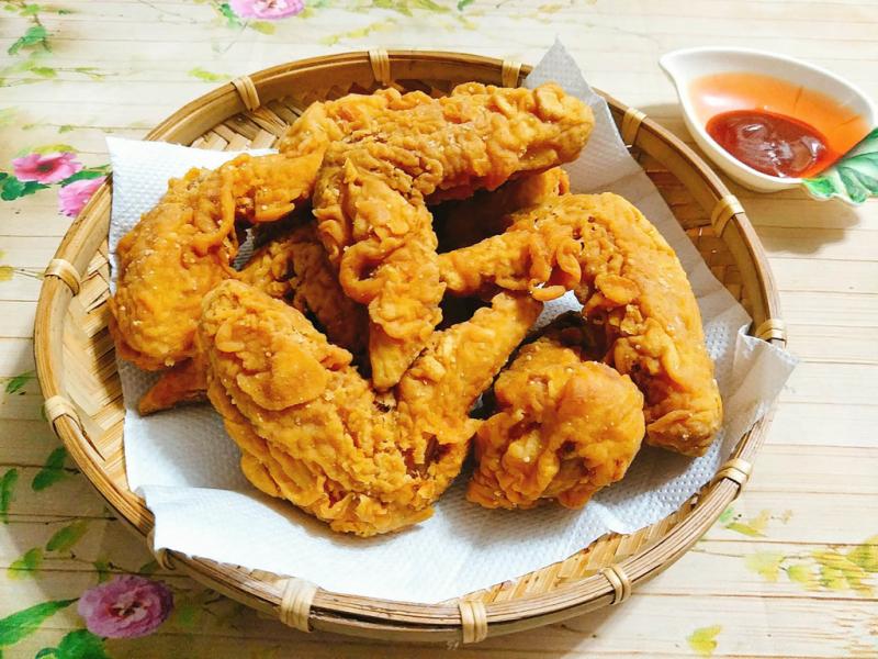 Sản phẩm không chỉ mang lại vị giòn rụm thơm ngon mà còn làm cho món ăn có màu vàng ươm bắt mắt, hấp dẫn vị giác.