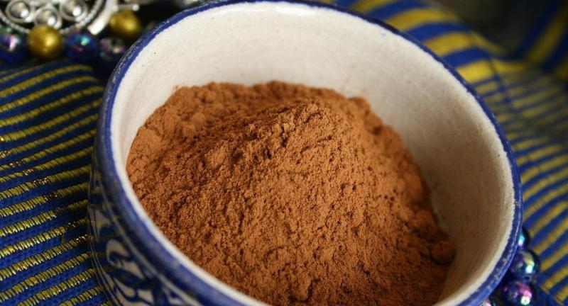 Bột gỗ cây đàn hương là một thành phần hữu ích khác có thể được sử dụng để trị thâm nách hiệu quả