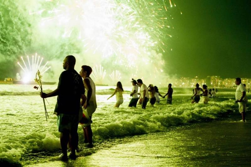 Vào thời điểm giao thừa mọi người tập trung ra biển và nhảy qua các con sóng.
