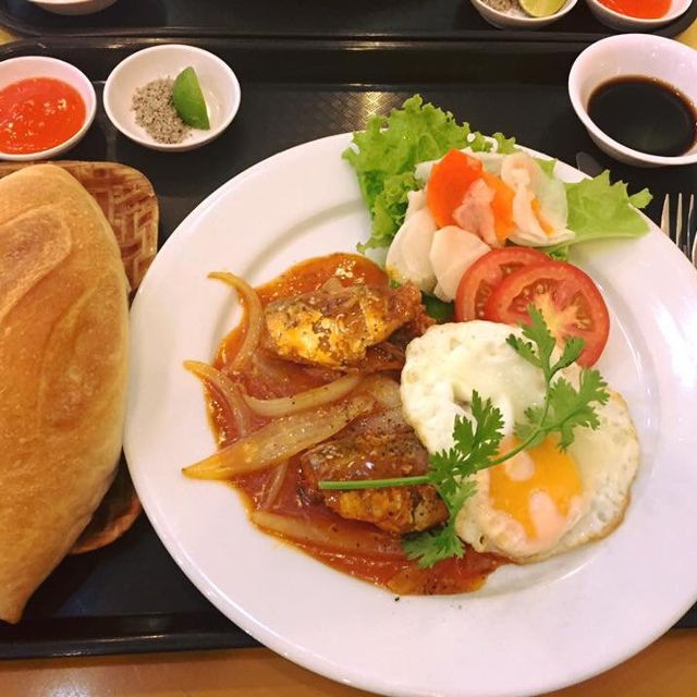 Phần beefsteak khá lớn và đi kèm nhiều thức ăn, không chỉ đơn giản với bò mà còn có trứng và pate