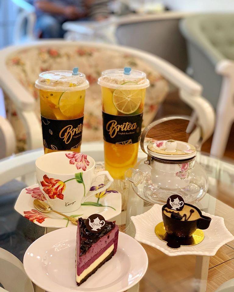 Đối với các loại trà trái cây của quán, vị trà đậm hoà lẫn cùng từng lát trái cây, mang đến cảm giác mát lạnh và thơm ngon