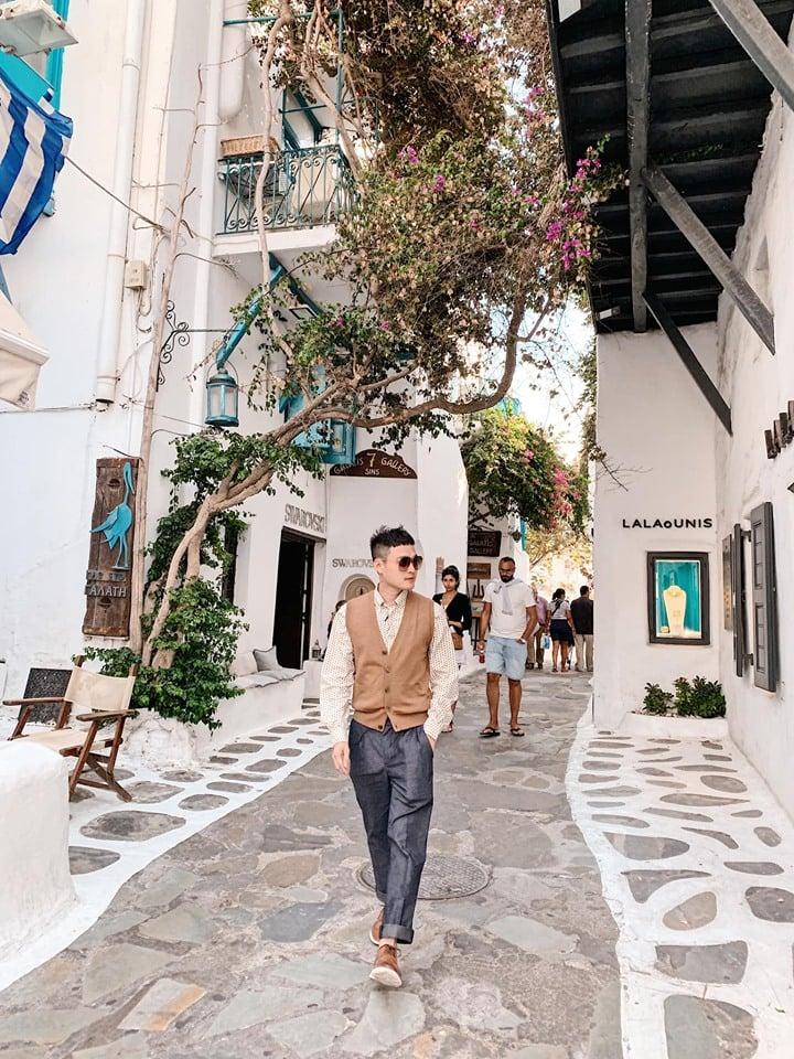 Ca sĩ Quang Vinh chọn set đồ Brooks Brothers cho chuyến đi đến đảo Magical xinh đẹp ở Hy Lạp