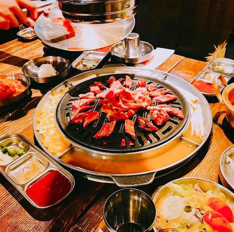 Chỉ với 299.000 đồng bạn đã có thể thưởng thức thỏa thích thịt bò, heo, hải sản, cơm, canh, món ăn phụ và đặc biệt có cả lẩu Hàn Quốc