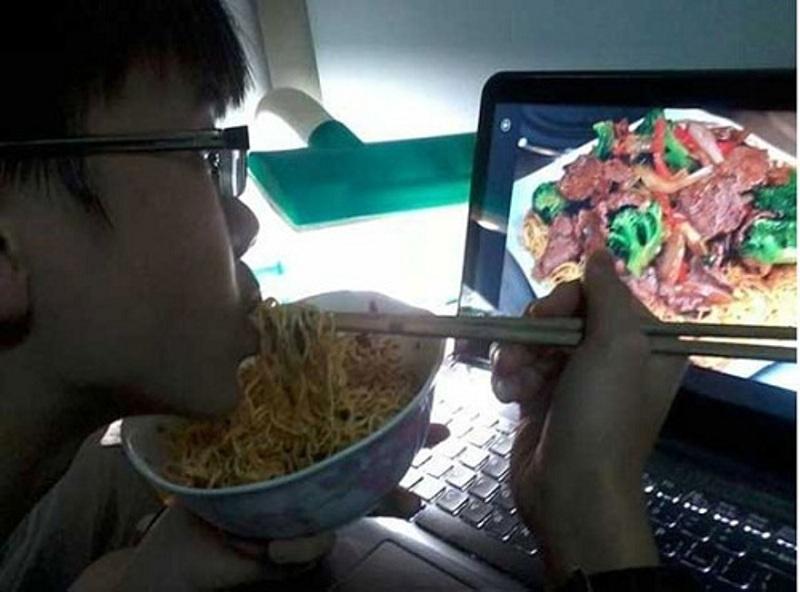 Bữa ăn thật đầy đủ với thịt bò xào thơm ngon trong... máy tính