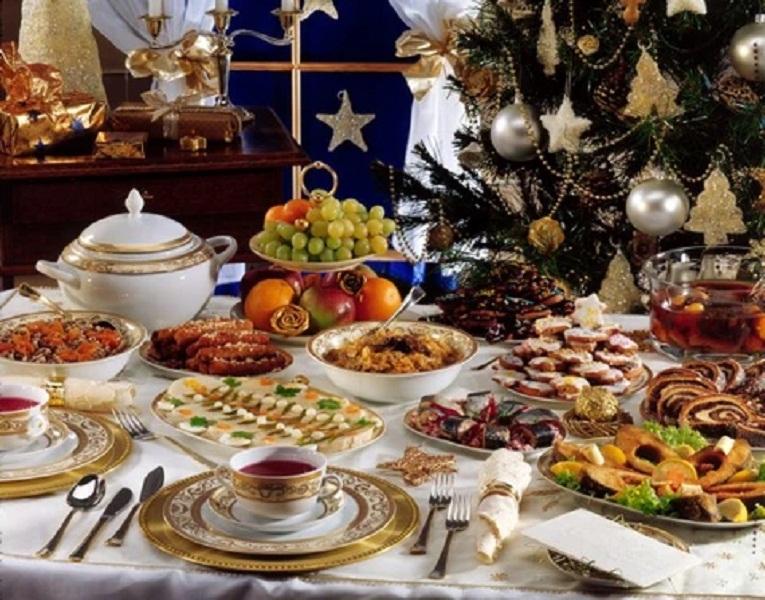 Trên bàn có 12 món ăn