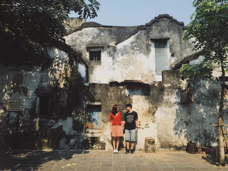 Bức tường trên đường Hoàng Văn Thụ loang lổ vết dấu thời gian