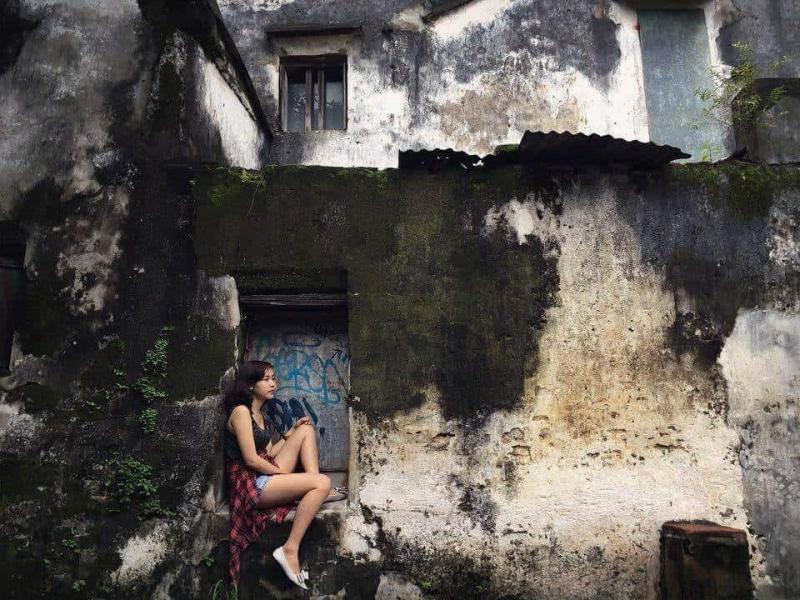 Bức tường trên đường Hoàng Văn Thụ như những bức tranh sơn dầu sáng tối