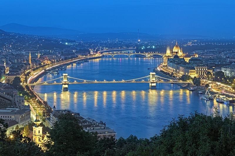 Vẻ đẹp hai bên bờ sông Danube vào buổi tối khi rực ánh đèn