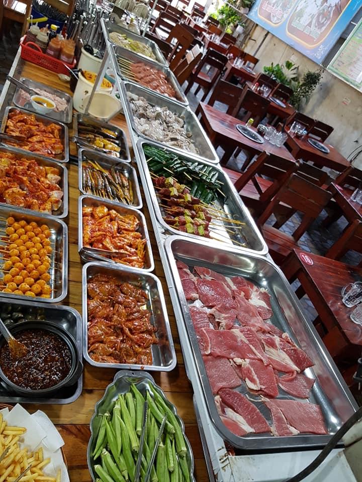 Các món ăn tại Buffet Cát Tiên 2 được tẩm ướp kỹ càng, để rồi khi nướng lên sẽ tạo ra những tiếng lách tách, xèo xèo vui tai cùng vị thơm ngon