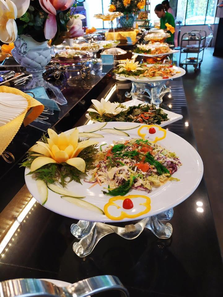 Phục vụ các món buffet và lẩu tự chọn.