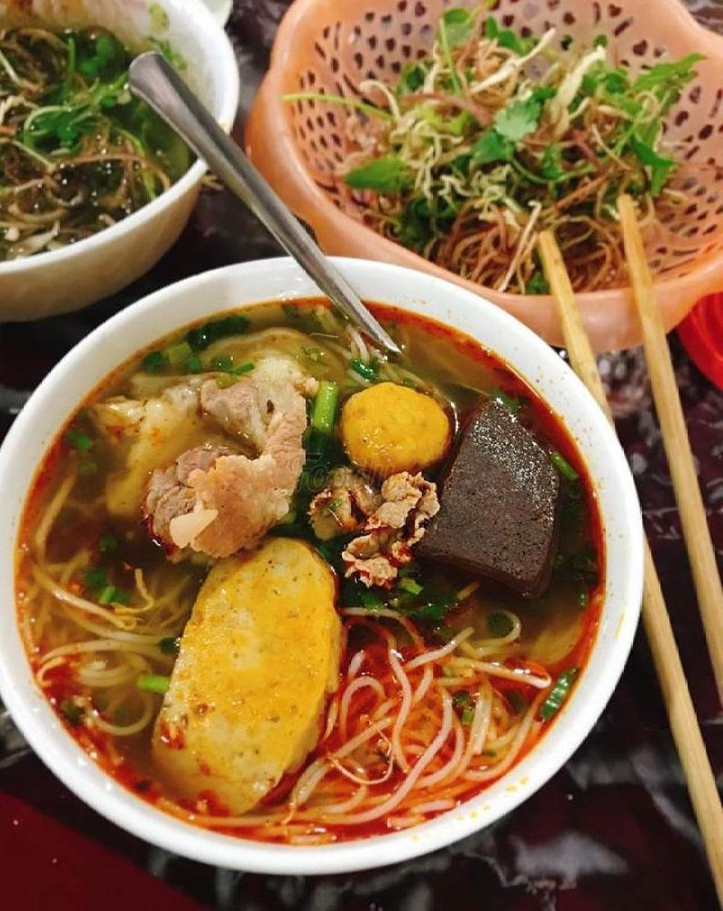 Quán Bún bé Huế được đánh giá cao về chất lượng món ăn, từ nước dùng đên phần sợi và cả topping