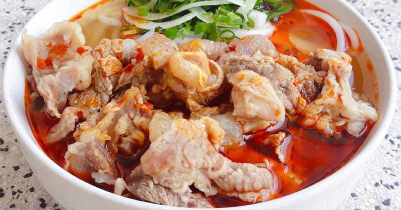 Bán bún bò Gân hấp dẫn tại quán 233 Phạm Văn Đồng