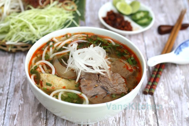 Bún bò là một trong những đặc sản của xứ Huế