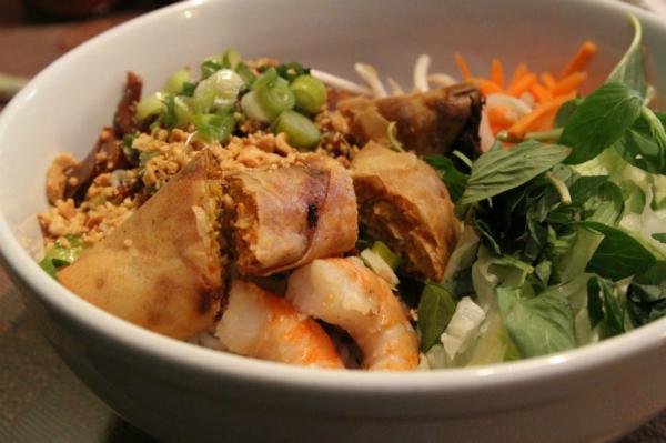Một món ngon được ưa chuộng khác của miền Trung là Mì Quảng