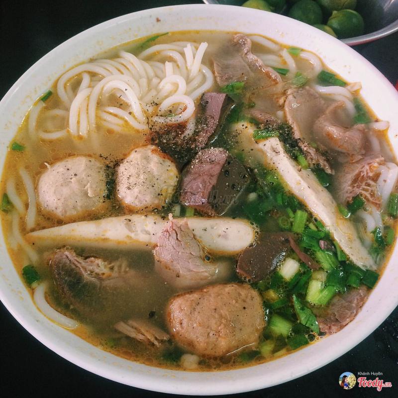 Bát bún được bưng ra nóng hôi hổi, tràn ngập đồ ăn: móng, mọc, thịt, thịt bò, tiết,