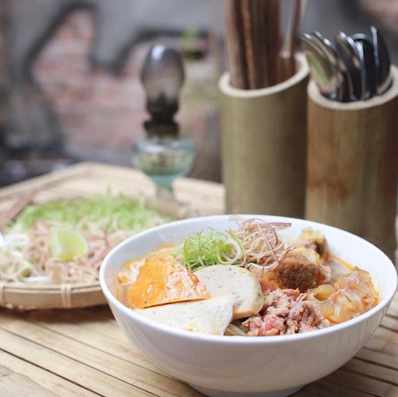 Thêm một địa điểm ăn sáng ở Sài Gòn mà bạn nên thử đó là bún bò Huế Xưa.