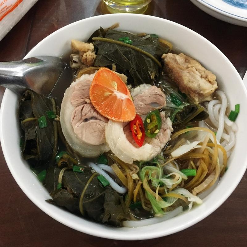Hương vị của món bún bung hoa chuối Thái Bình sẽ bộc lộ rõ vị hơn khi thực khách ăn kèm với rau muống, rau thơm và hoa chuối thái nhỏ trộn dấm.
