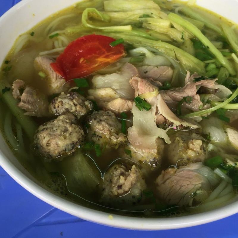 Quán bún bà Minh nổi tiếng với bát bún siêu đầy đặn, vừa có thịt lại vừa có rau, miếng sườn siêu to mà thịt thì cũng đầy ắp.