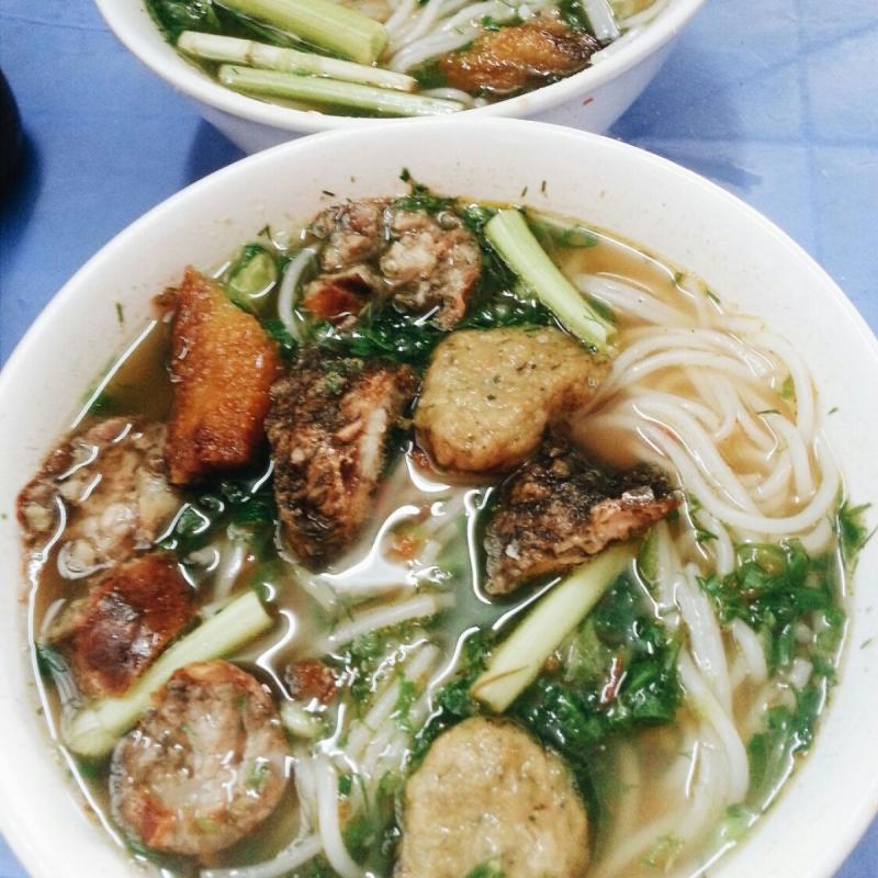 Phần bún cá cay tương đối nhiều, vì vậy một bữa ăn tại 66 Lê Lợi cũng giúp bạn có được năng lượng cho chuyến tham quan tiếp theo của mình.