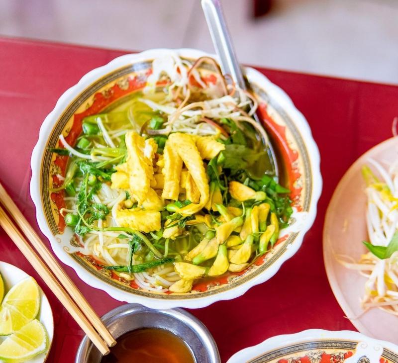 Một tô bún nóng hổi tại quán Bún cá lóc đặc sản miền Tây, đầy đặn topping sẽ khiến bạn hài lòng về hương vị và no căng bụng khi ra về.
