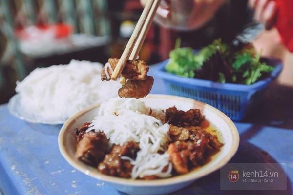 Suất bún chả có giá 25.000 đ tại chợ Long Biên