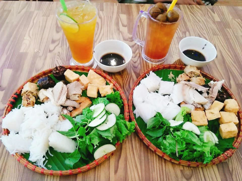 The vermicelli noodle dish with extremely attractive drinking water