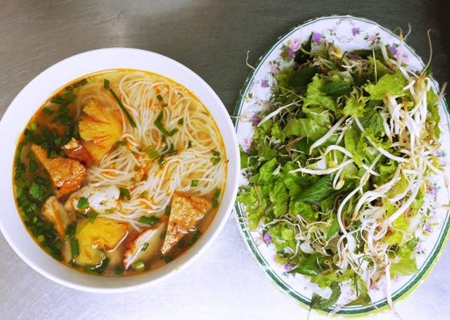 Bún chả cá Bình Định ăn kèm rau sống