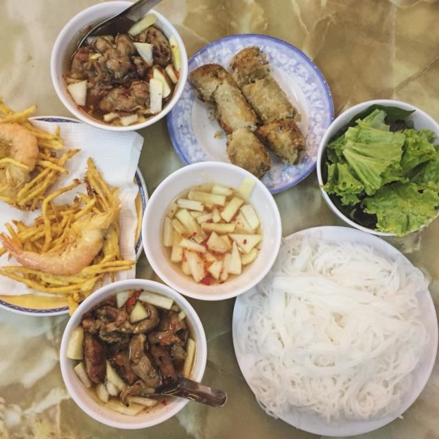 Một phần ăn đầy đủ món ở quán.