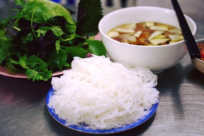 Nhắc đến bún chả ở Hà Nội, không thể nào bỏ qua được Bún chả Hương Liên