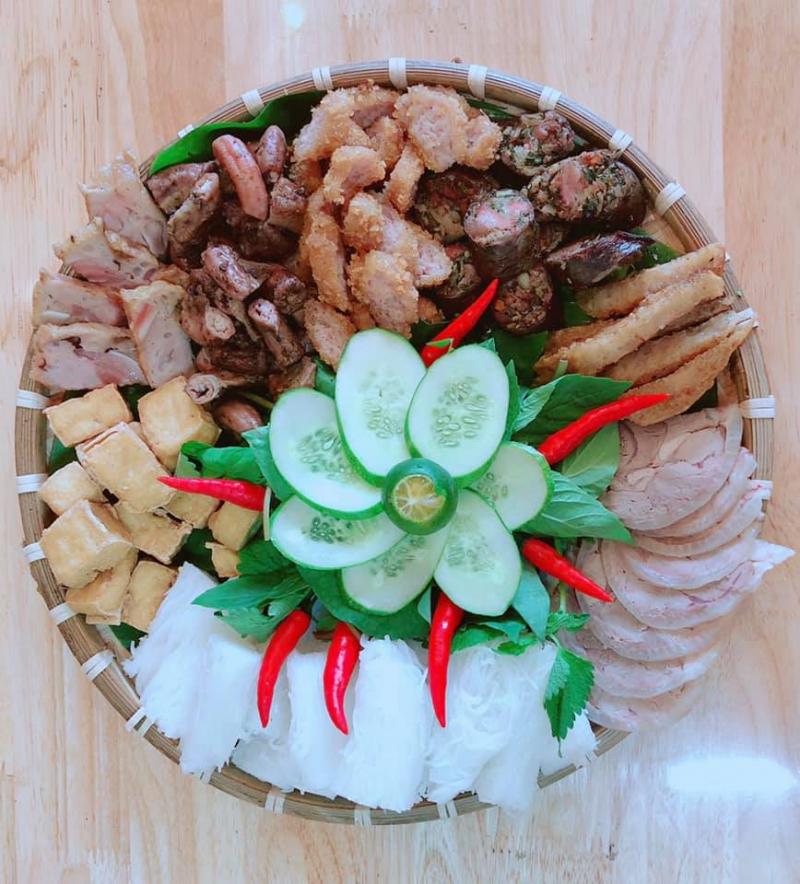 Ngoài mẹt bún đầy đặn và topping ngon thì các loại rau sống để ăn kèm cũng rất được đảm bảo về độ tươi ngon cũng như hoà quyện