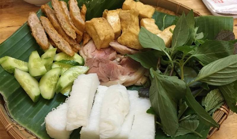 Bún đậu mẹt đầy đủ những tinh hoa: bún, chân giò luộc, dồi rán, chả cốm, đậu rán và rau thơm, nhìn chung đều rất chất lượng