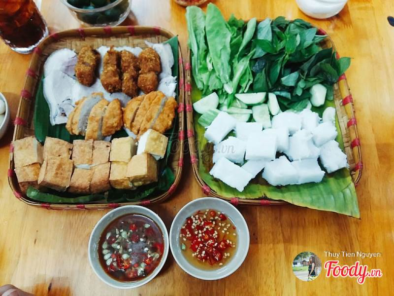 """A part of vermicelli noodles has a lot of side dishes prepared very carefully including tofu, boiled meat, fried spring rolls, spring rolls, and the """"square noodle"""", ..."""
