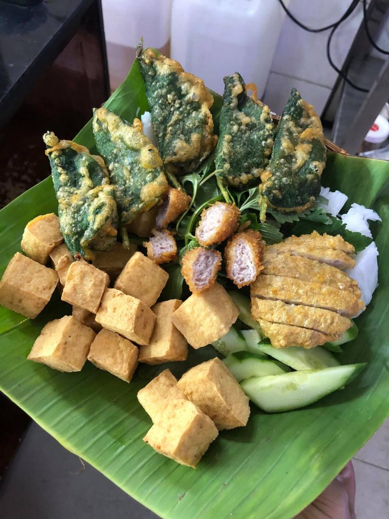 Những nguyên liệu cơ bản của món bún đậu như: bún, đậu, thịt bắp, chả cốm, nem chua rán, chả ốc lá lốt,... được bày biện gọn gàng, xinh xắn trong chiếc mẹt nhỏ.