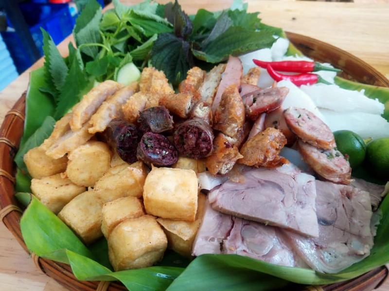 Nếu chọn bún đậu thập cẩm Tiên Tiên thực khách sẽ thấy ưng bụng trước mẹt bún đậu đầy đặn gồm: thịt luộc, chả cốm, dồi sụn, nem rán, đậu phụ, bún và rau thơm.