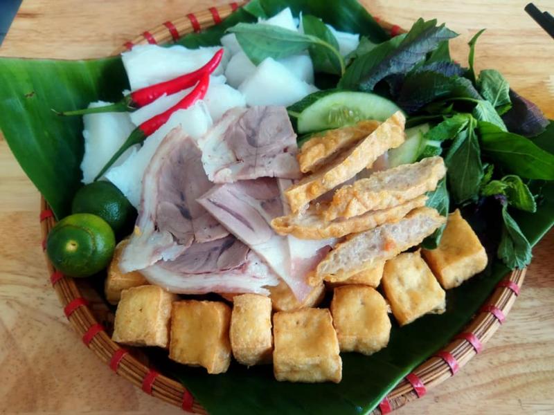 Thực khách có thể chọn bún đậu cơ bản và mix thêm 1 - 2 nguyên liệu khác tạo thành mẹt bún đậu của riêng mình như: bún đậu chả cốm, bún đậu nem chua rán, bún đậu thịt nem chua,...