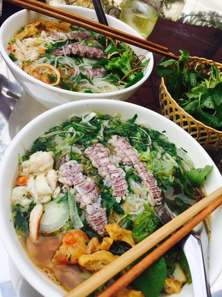 Một bát bún hải sản đầy đặn, ngon lành tại bún hải sản Trúc Lam