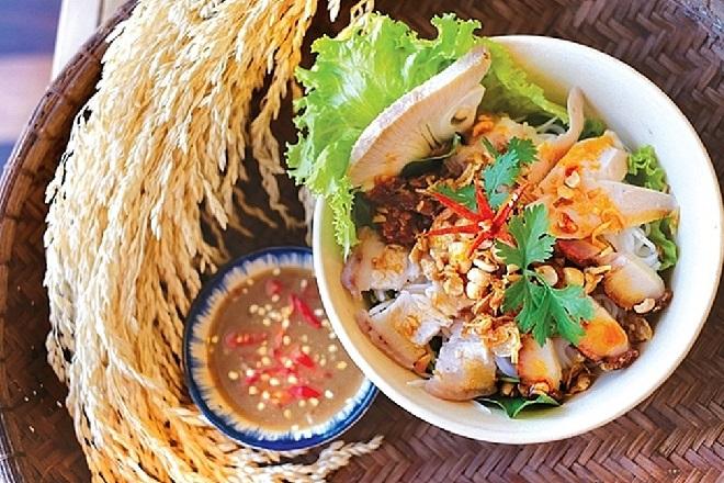 Ở Đà Nẵng, muốn ăn bún mắm nêm ngon, người ta thường tìm khu ẩm thực nằm ở kiệt 23 đường Trần Kế Xương. Đây là địa chỉ lui tới của nhiều thực khách thích món ăn này.